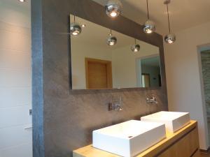 Badgestaltung mit italienischen Kalkputz in Steinoptik, Anthrazit mit silbernem Finish